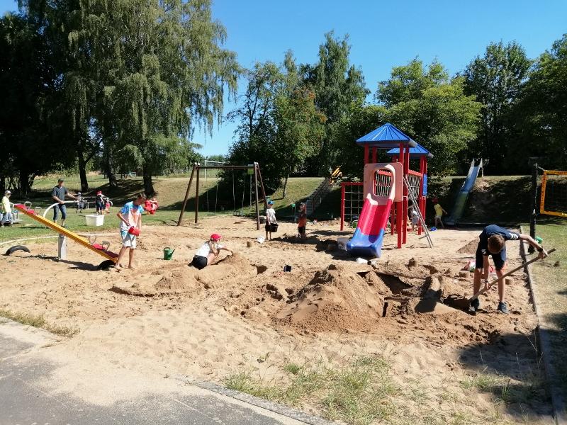 Fröhlicher Nachmittag im Sand